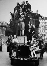 Acclamazioni a Londra quando la guerra in Europa giunge al termine. VE Day, l'8 maggio 1945. BBC