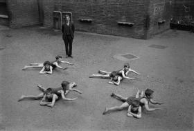Bambini imparano a nuotare nel cortile della scuola in Inghilterra, intorno al primi anni 1920