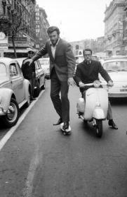 Clint Eastwood in skate a Roma, 1964. Foto di Elio Sorci