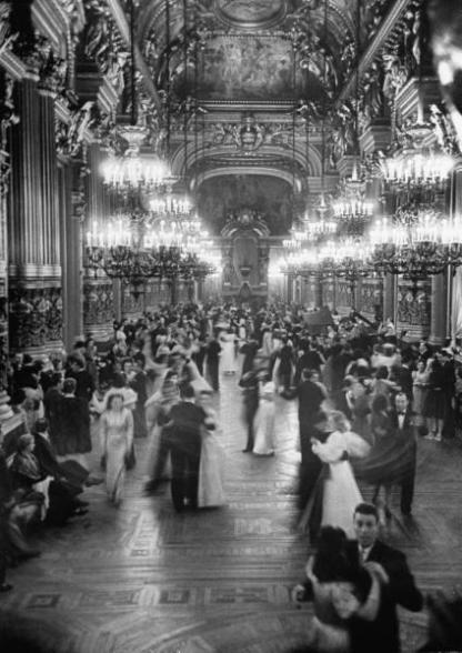 Coppie che ballano nel Grand Foyer del Teatro dell'Opera di Parigi al ballo della Vittoria da David E. Scherman 1946