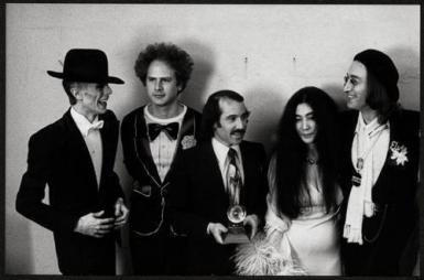 David Bowie, Art Garfunkel, Paul Simon, Yoko Ono e John Lennon ai Grammy Awards 1975