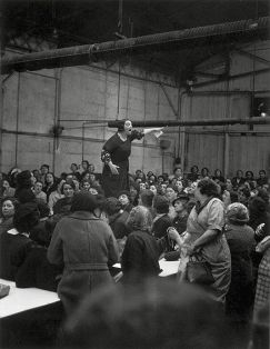 Lavoratrici durante uno sciopero alla Citroen, 1930. Fotografia di Willy Ronis
