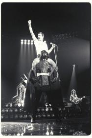 Freddie Mercury in sella a Darth Vader