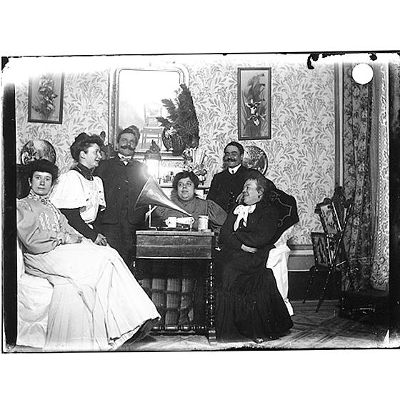 Giulio Pili - Cagliari, Gruppo di famiglia in un interno
