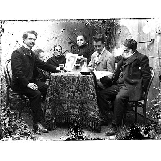 Giulio Pili - Dolianova, Gruppo misto in un cortile