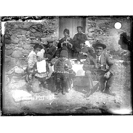 Giulio Pili - Luogo non individuato - Gruppo di adulti e bambini fa uno spuntino all'aperto- 18 Marzo 1923