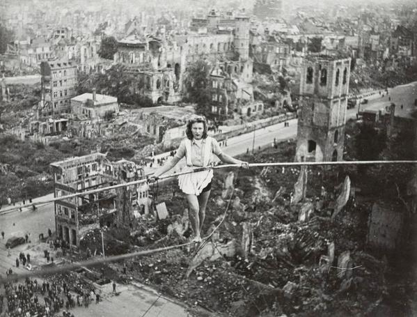 Funambola si esibisce sopra le rovine di Heumarkt a Colonia, in Germania nel 1946