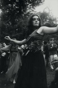 Ragazza hippie che danza, 1967. Fotografia di Dennis Hopper