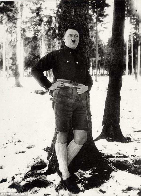 Hitler in pantaloncini corti. Fotografia di Peter Wickman