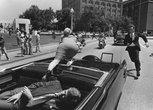 Jackie Kennedy cerca aiuto dopo che il presidente JFK viene colpito a Dallas, Texas 1963