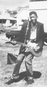 Jimi Hendrix con la sua prima chitarra elettrica, Seattle, 1957