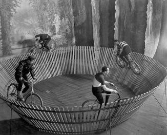 """Una pista ciclabile, descritta solo come """"Keith's Bicycle Track"""" - Foto proveniente dall'archivio fotografico del New York Times, 1901"""