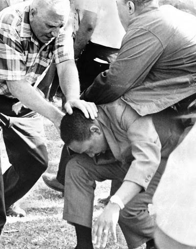 Martin Luther King Jr viene attaccato mentre marcia pacificamente per il Chicago Freedom Movement 1966