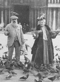 Monet con un piccione in testa, e la moglie Alice, Venezia, 1908