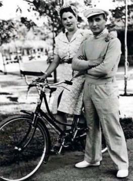 """Joan Pujol García, """"Agente Garbo,"""" con la moglie, Aracelli, in Spagna, c. 1940, durante un raro momento di armonia domestica. (Private Collection)"""
