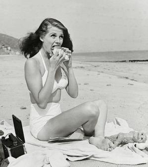 Rita Hayworth mangia sulla spiaggia, 1947 foto di Bob Landry