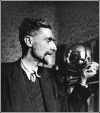 Autoritratto di M C Escher specchiato in una palla sferica, c. 1935