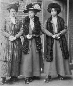 Donne vittoriane coi roller-blade c. 1800