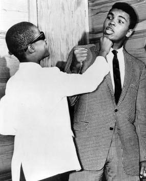 Il 13enne Stevie Wonder scherza con Muhammad Ali al The Apollo, Harlem, 1963