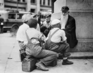 Un gruppo di lustrascarpe si riunisce intorno a un vecchio veterano della Guerra Civile in Pennsylvania, 1935