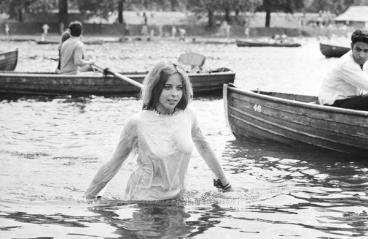 Una ragazza adolescente si rinfresca nel lago Serpentine durante il concerto dei Rolling Stones a Hyde Park, Londra, 5 LUG 1969