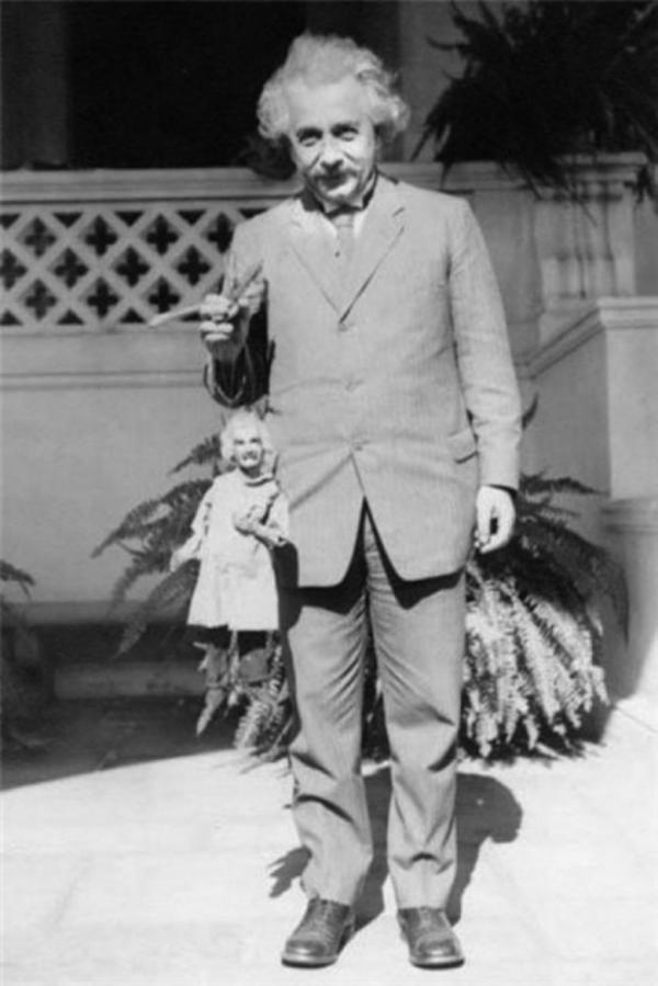 Albert Einstein tiene una marionetta di Albert Einstein, 1931 foto di Harry Burnett