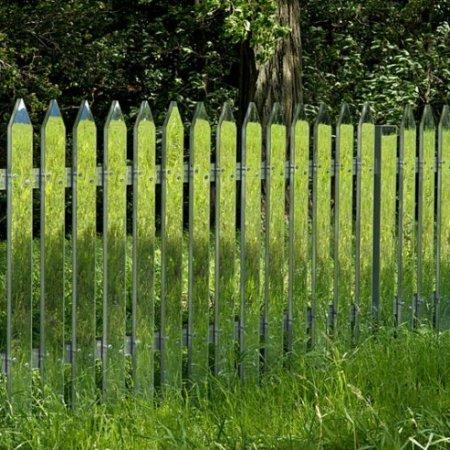 """""""Mirror Fence"""" (2003) dell'artista statunitenseAlyson Shotz"""