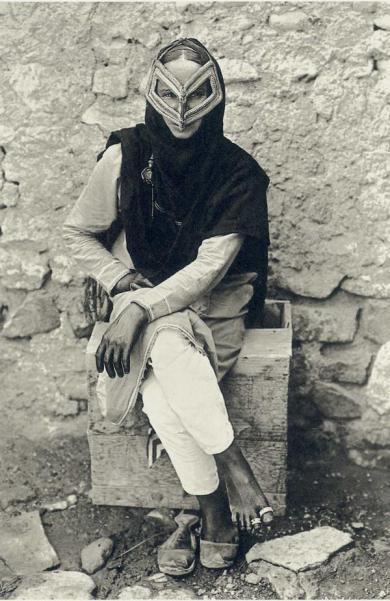 Una donna araba indossa un maschera tradizionale a Muscat, Oman, circa 1905. Fotografia di A.R. Fernandez