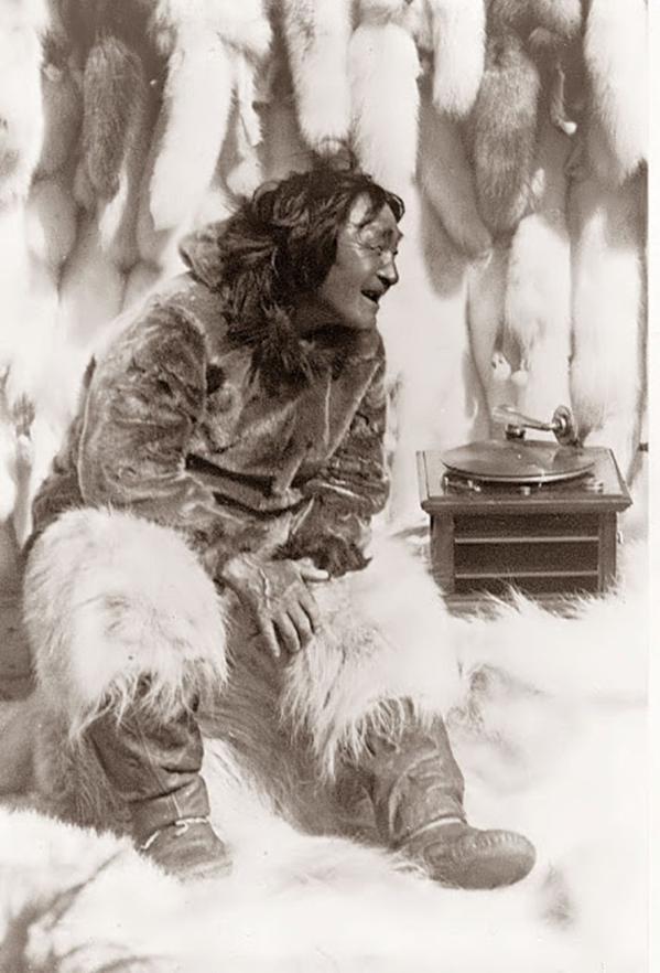 "Un uomo eschimese gode della musica su un giradischi, 1922. Da ""Nanuk l'eschimese"" di Robert J. Flaherty"