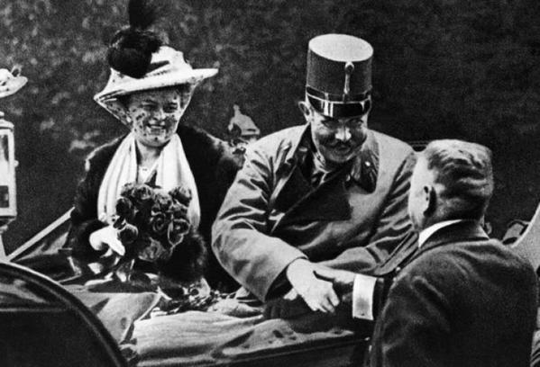 L'arciduca Francesco Ferdinando con la moglie il giorno in cui furono assassinati, un evento che ha contribuito a scatenare la prima guerra mondiale, 1914