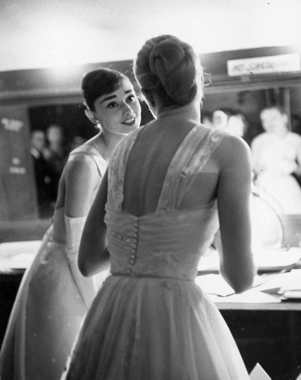Audrey Hepburn e Grace Kelly al 28° Academy Awards, 1956. Fotografia di Allan Grant