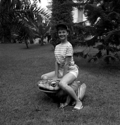 Audrey Hepburn seduta su una rana, 1960. Fotografia di Edward Quinn
