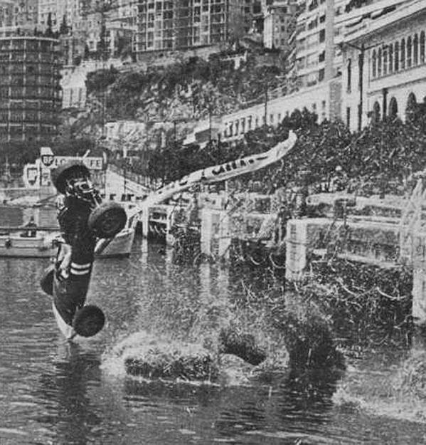 L'australiano Paul Hawkins vola nel porto di Monaco in una gara di F1 nel 1965. Lui è sopravvissuto