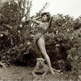 Bettie Page e un ghepardo, 1954. Fotografia di Bunny Yeager