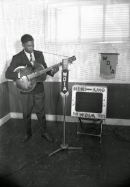 Il musicista blues BB King si esibisce alla stazione radio WDIA nel 1948 a Memphis, Tennessee