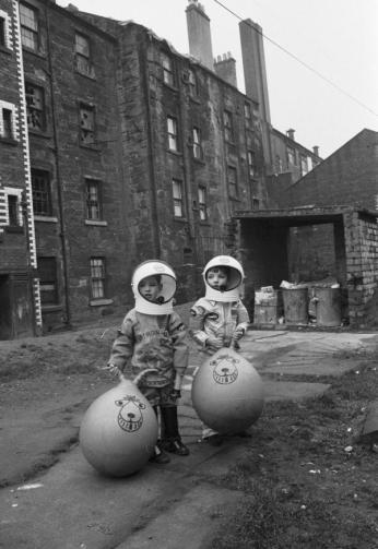 Ragazzi con costumi da astronauta, Glasgow, 1970. Foto di Gordon Rule