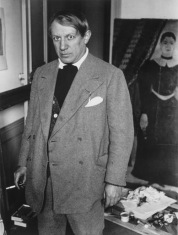 """Brassaï, foto di Picasso nel suo studio a 23 rue La Boétie, in piedi di fronte a """"Ritratto di donna"""" di Rousseau 1932"""