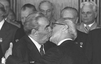 Breznev bacia Erich Honecker. Fotografia di Regis Bossu - Corbis Sygma