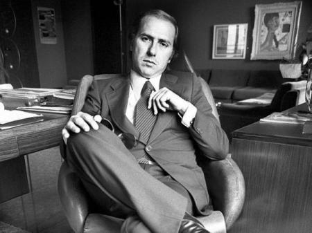 L'uomo d'affari Silvio Berlusconi nel suo ufficio con una 357 Magnum sulla scrivania. Egli temeva di essere rapito dalla mafia, 1977