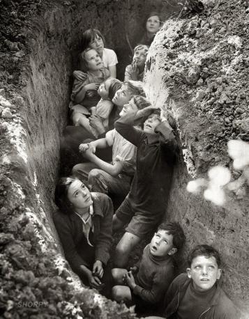 Bambini in trincea durante il Blitz, in Inghilterra c. 1941