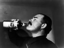 Ernest Hemingway, poco prima della battaglia di Teruel durante la guerra civile spagnola, 1937. Fotografia di Robert Capa