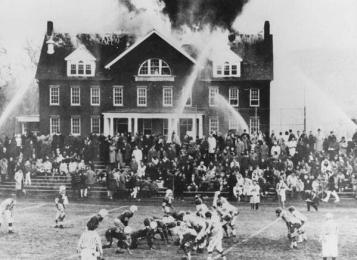La partita di calcio continua nonostante l'incendio della scuola 1965