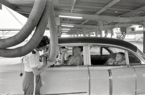 Aria convogliata in macchina mentre si consuma un pasto in un ristorante drive-in. Houston, Texas, 1957