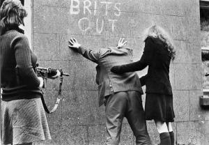 Le ragazze dell'IRA, Belfast, Irlanda del Nord, 1969. Foto di Patrick Chauvel
