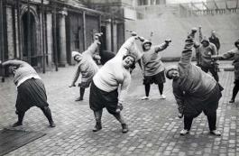 Ginnastica, perdere peso. Gruppo di donne del corso di dimagrimento in un cortile a New York, 1920