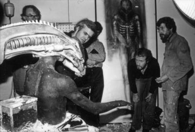 HR Giger e Ridley Scott ispezionano un modello durante la produzione di Alien, 1979