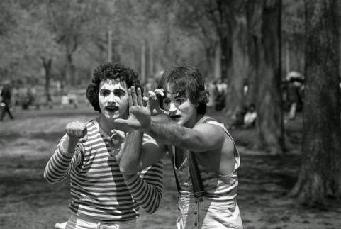 Nel 1974, Daniel Sorine fotografò mimi a New York. 35 anni dopo si rese conto che uno era l'allora sconosciuto Robin Williams