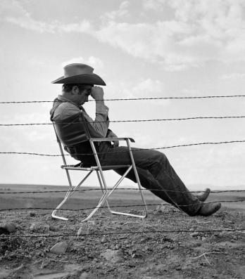 "James Dean sul set di ""Giant"", 1955. Fotografia di Frank Worth"