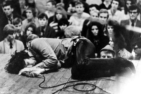 Jim Morrison fa un pisolino sul palco, 1970
