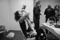 Jimmy Page beve whisky mentre gli altri membri dei Led Zeppelin mangiano e fumano prima di un concerto. Foto di Neal Preston, 1970